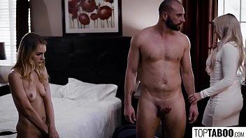 Татуированный парнишка возбуждает молодуху чувственным массажем на кроватки