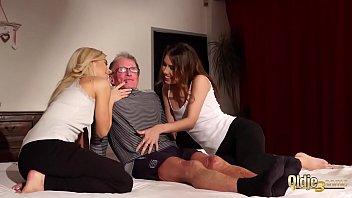 Секс с миленькой мамкой в непродолжительном пеньюаре в душе