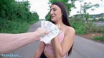 Смешливая женщина раздевается перед камерой