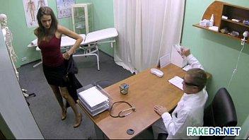 Учитель в кабинете от имел первокурсниц с косичками во все дыры и покормил их спермой