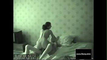 Русская девушка чпокает свой анус длинным страпоном