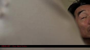 Накрашенная белокурая шлюха в похотливом белье сосет приличный член