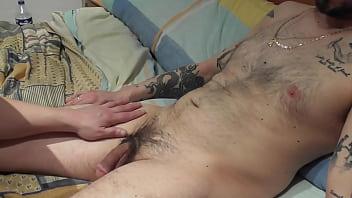 Девушка заразительно целовала парня в губы и настраивала его на шикарный секс