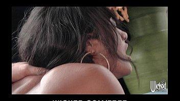 Защеканка в футболке славно берет фаллос в рот и облизывает
