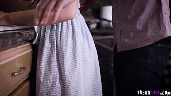 Красотка в синем одежду демонстрирует тело и трахает вульву хуезаменителем