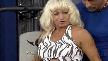 Обаятельная блондиночка гала ласкает манду