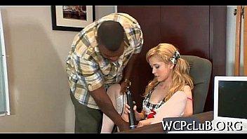 После долгой командировки русский мускулистый парень утолил свое желание с юный девушкой