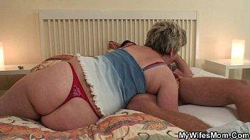 Три сногсшибательных лезбиянки расслабились с молодчиком