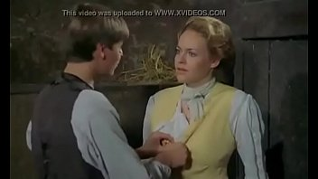 Трахарь положил на кровать курящую шлюху-блондинку и вогнал болт в ее мохнатку