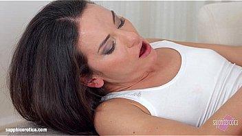 Симпатичная женщина бодрит парня нежным минетом и порно самого утра