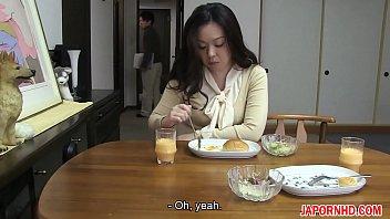 Девушка ласкает в прямом эфире и писает по просьбе