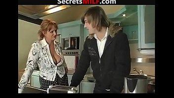 Тонкая россиянка выполняет минет приятелю и приносит ему на диване
