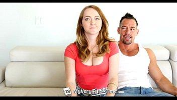 Массажист вставляет член в анус сексуальной девки на белой каталке