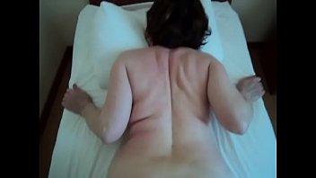 Блондиночка в чулочках демонстрирует большую задницу перед вебкой