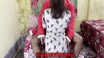 Весьма худая женщина в корсете и нейлоновых чулочках облизывает член юноши