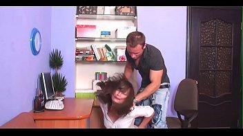 Молодая шлюха решила помастурбировать и оголила нахлобученную пизду