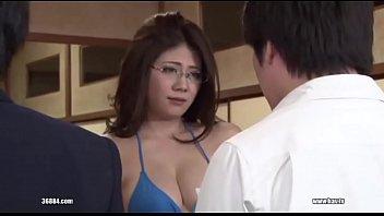 Пышногрудая шлюха-блондинка вместе с подругой лобызают хуй сотрудника